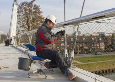 Monteren RVS staalkabelnetten Dafne Schippersbrug