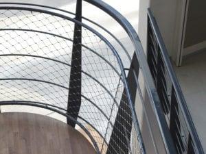 Ronde leuningen met RVS staalkabelnetten trappen Hoofdkantoor Alliander