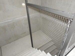 RVS staalkabelnetten met maaswijdte 40mm verwerkt in trappenhuis studentenwoningen Laan van Spartaan